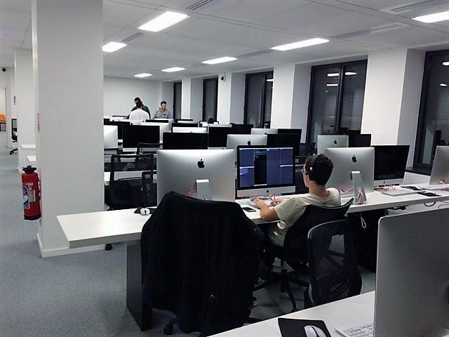 Les bureaux sont installés pour les étudiants communiquent entre eux
